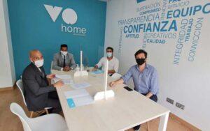 VOhome y Qlip cerrando el acuerdo de colaboración