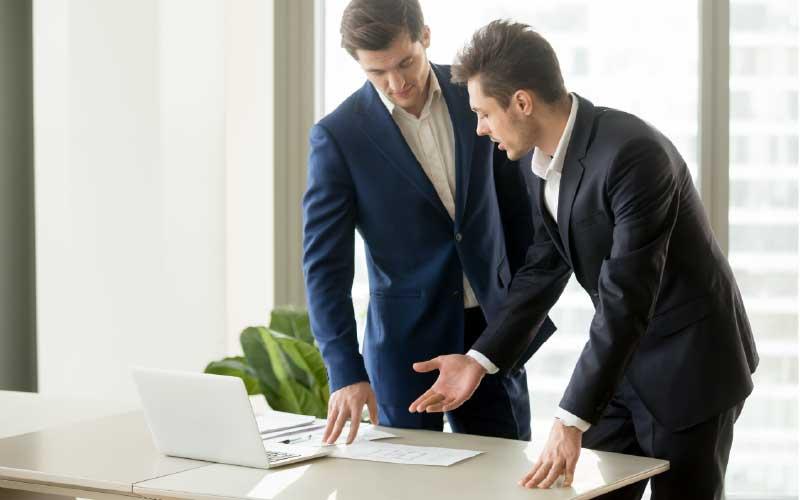 tasación inmobiliaria llevada a cabo por dos agentes inmobiliarios | Qlip