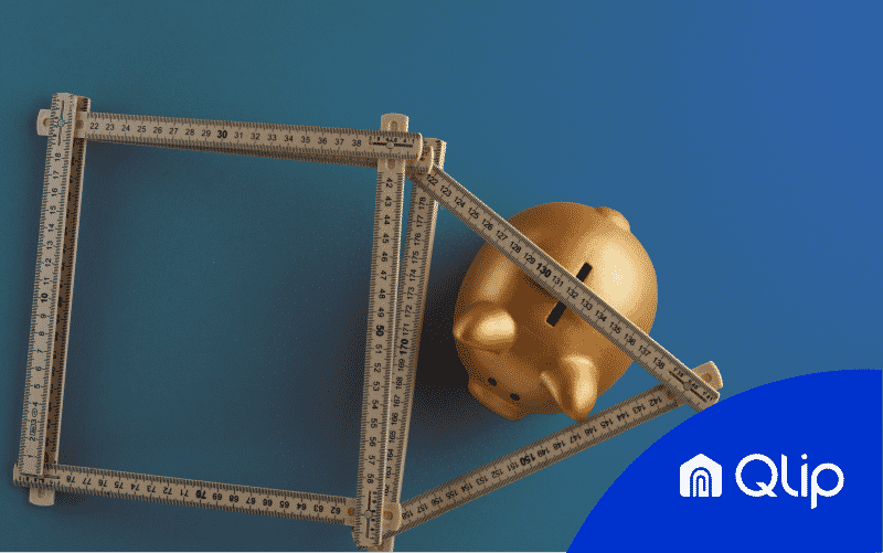 cerdito dorado bajo una regla con forma de casa | Qlip