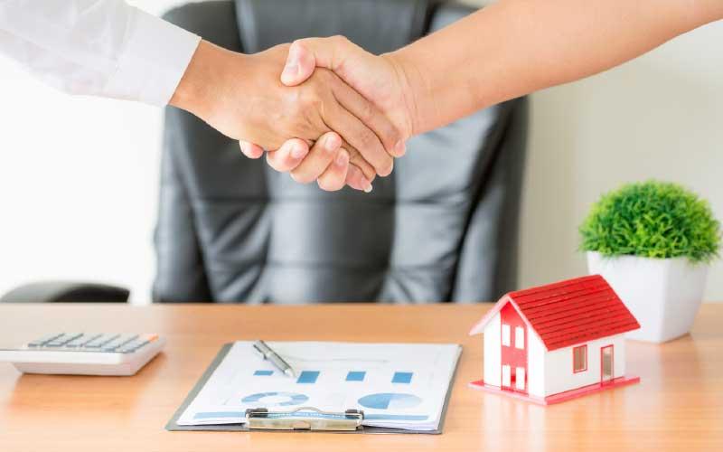 apretón de manos tras realizar cursos de agente inmobiliario con éxito | Qlip