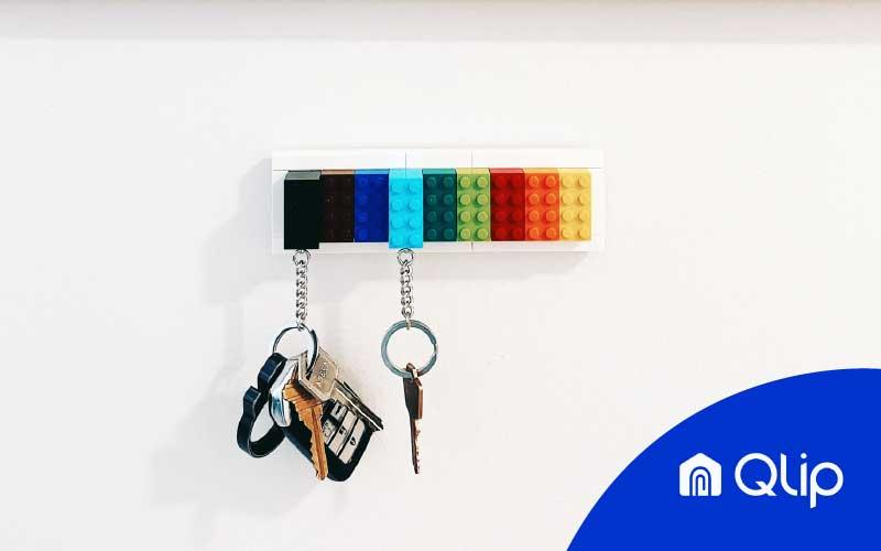 Juego de llaves colgando de un llavero de pared hecho con Lego   Qlip